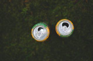 Puszki na trawniku