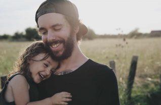 Ojciec i dziecko na wsi