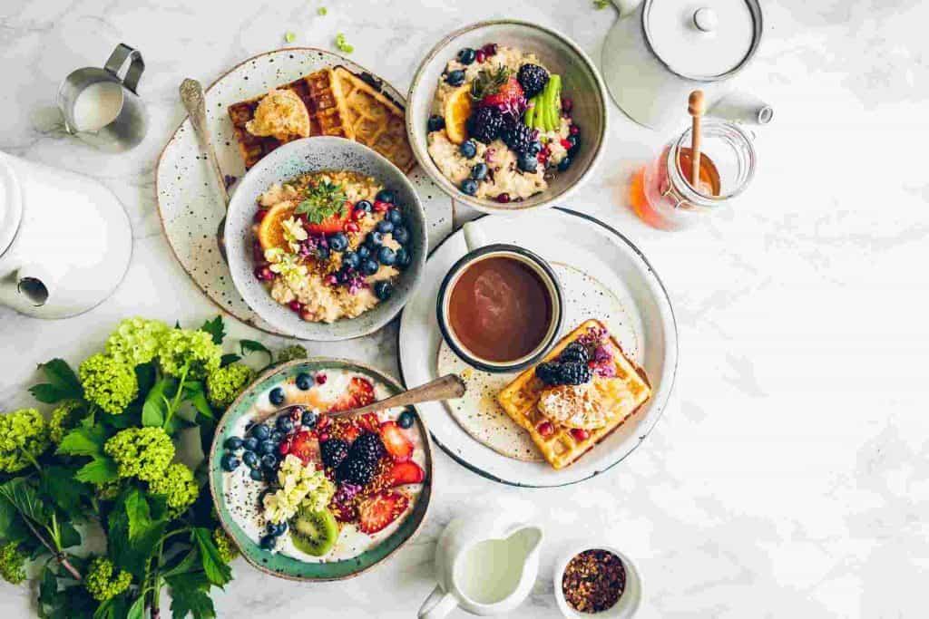 Śniadanie na stole z musli i goframi