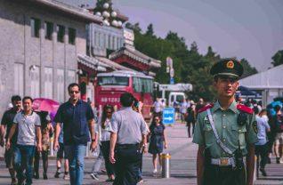 Widok na chińską ulice pełną przechodniów