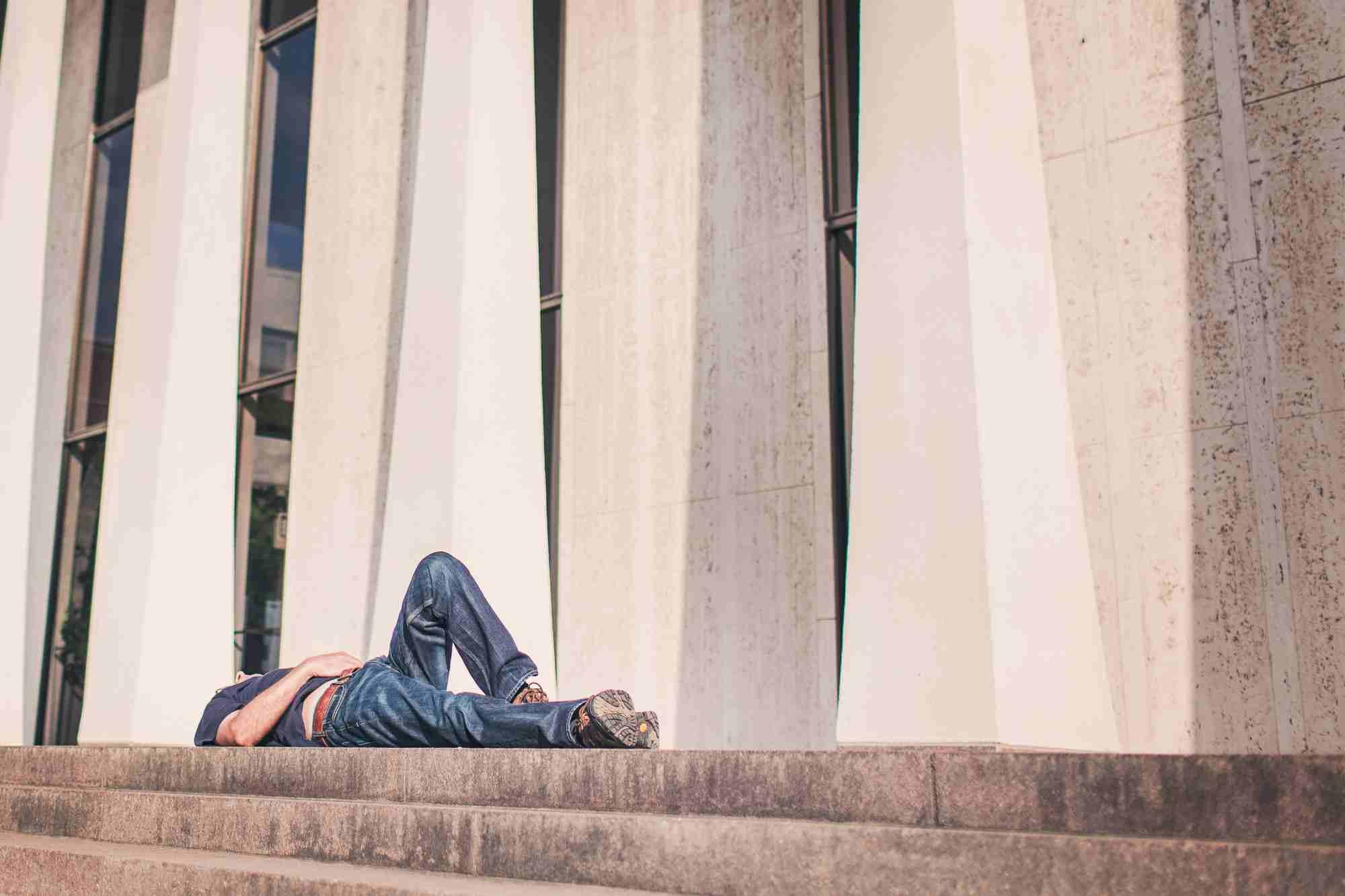 mężczyzna leżący na schodach