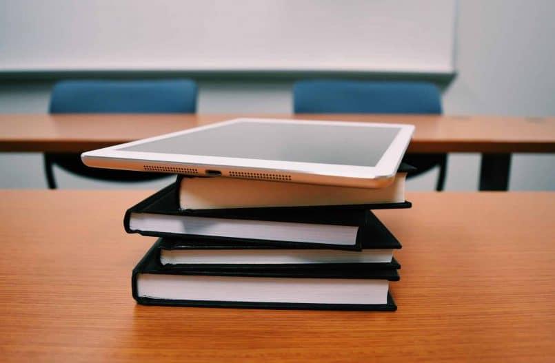 Srebrny iPad na książkach