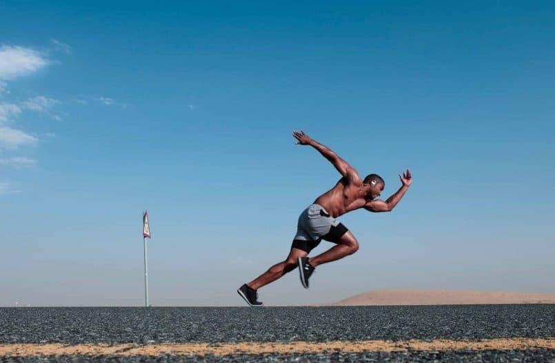 Czarny biegacz startujący do biegu