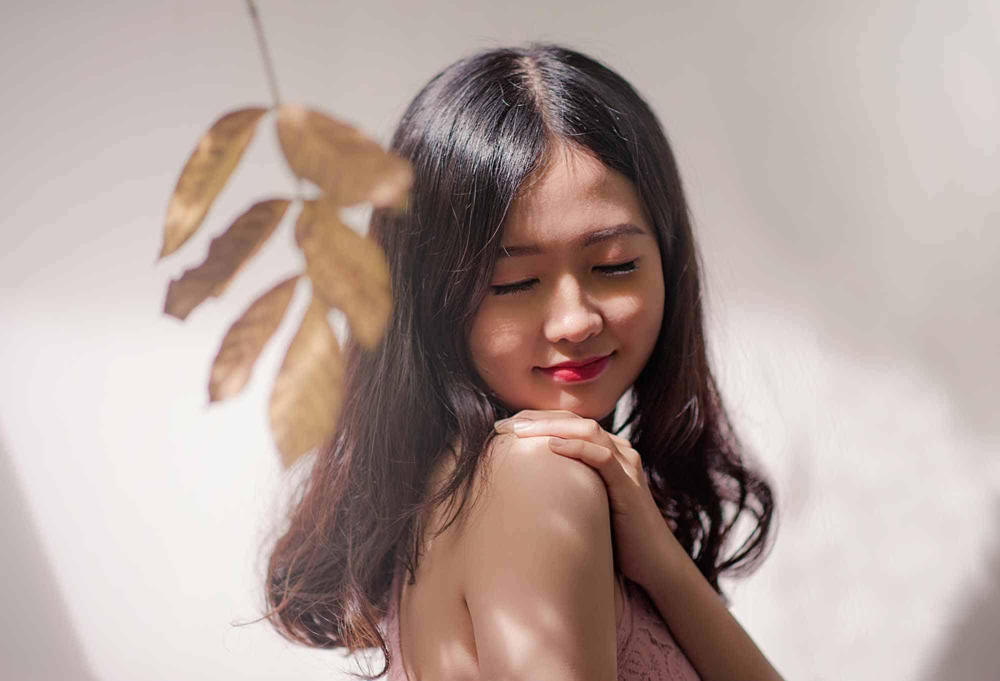 Portret Azjatki z odkrytymi ramionami