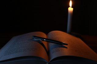 Książka i pióro w ciemności