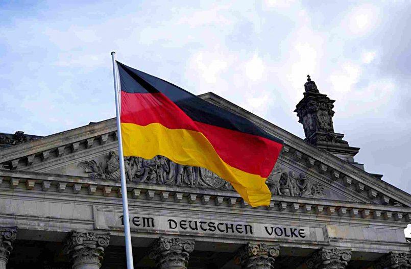 Niemiecka flaga na froncie budynku