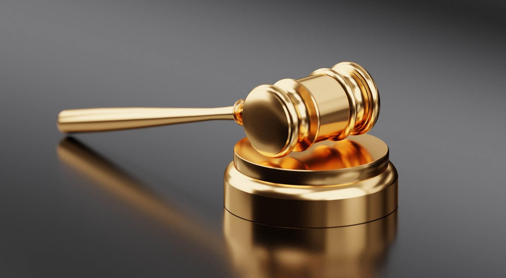 Złoty młotek sędziego
