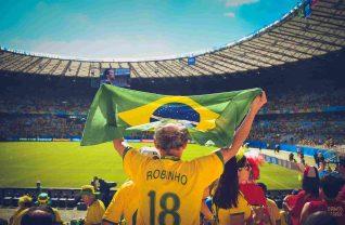 Mężczyzna z flagą brazylijską na stadionie