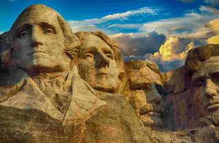 Góra Rushmore z syletkami amerykańskich prezydentów