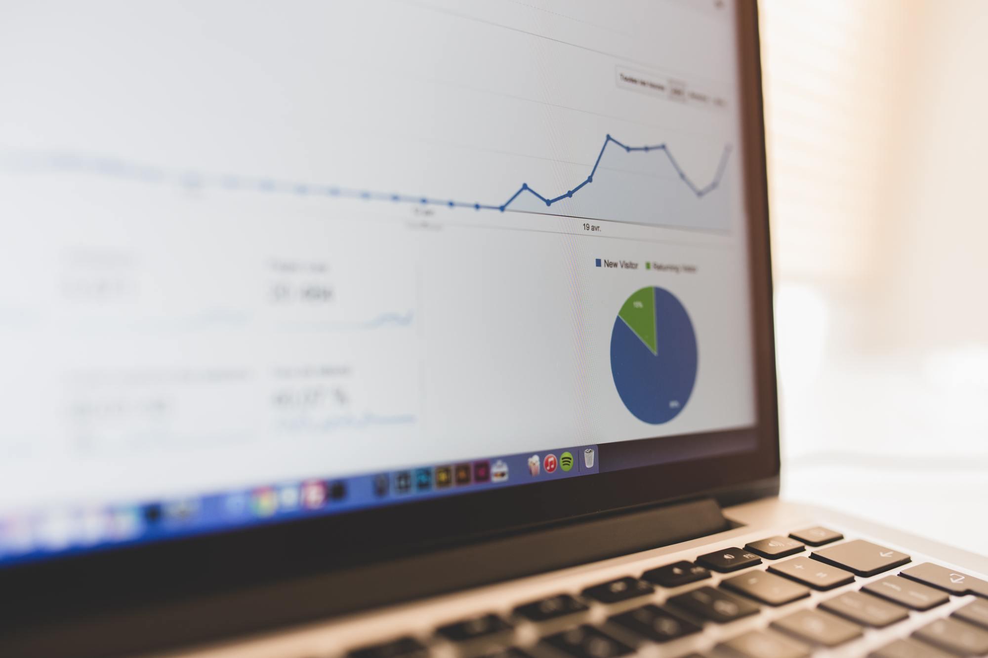 Ekran laptopa wyświetlający wykres