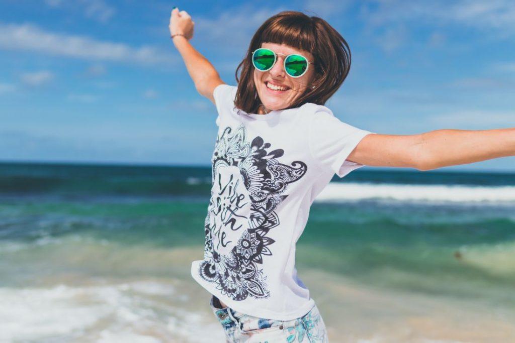 Uśmiechnięta kobieta na plaży