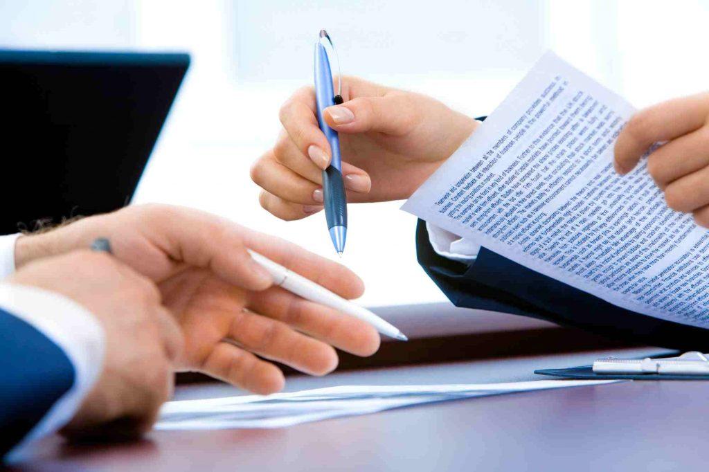Pracownicy biurowi pracujący z dokumentami