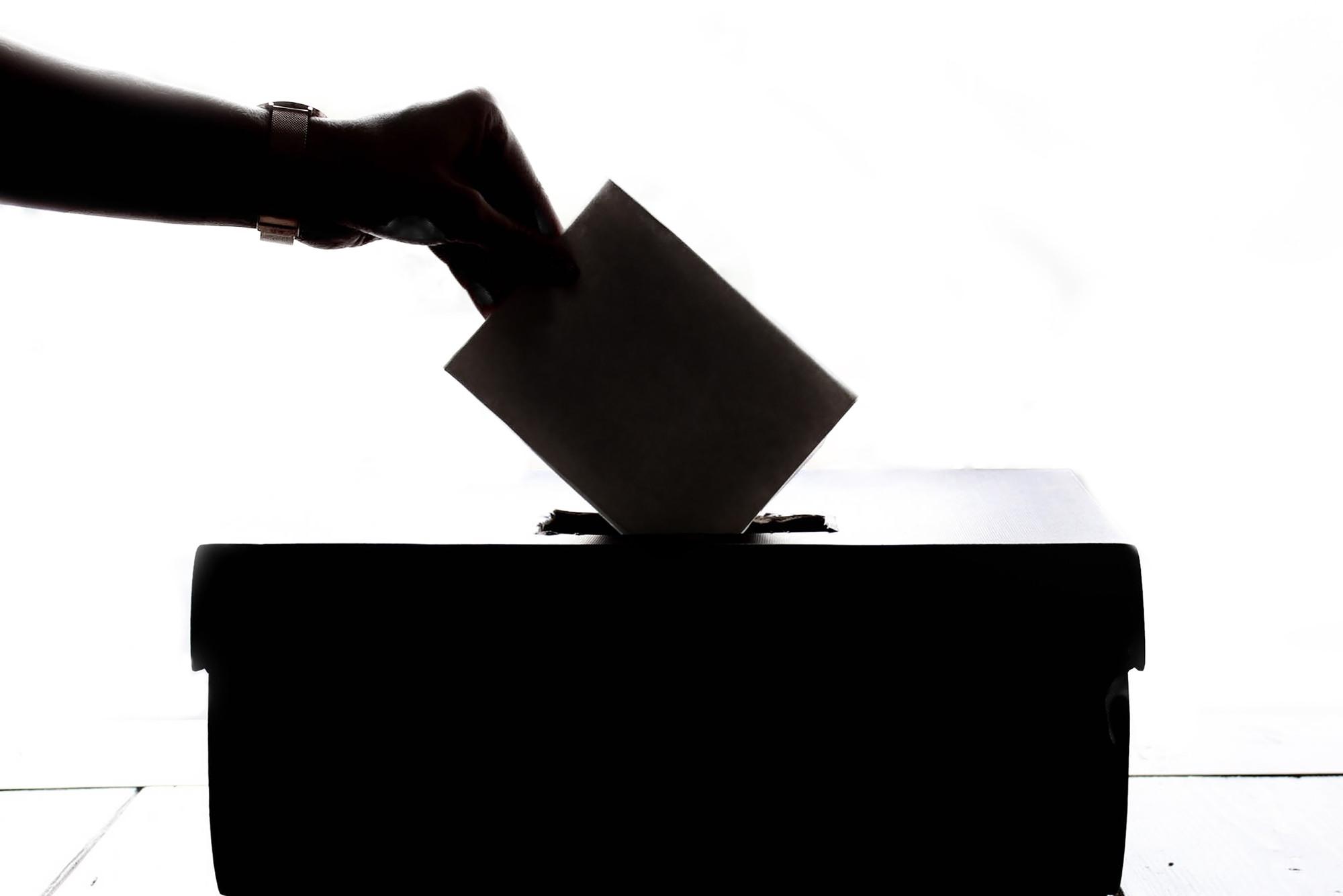 Osoba wrzucająca głos do urny