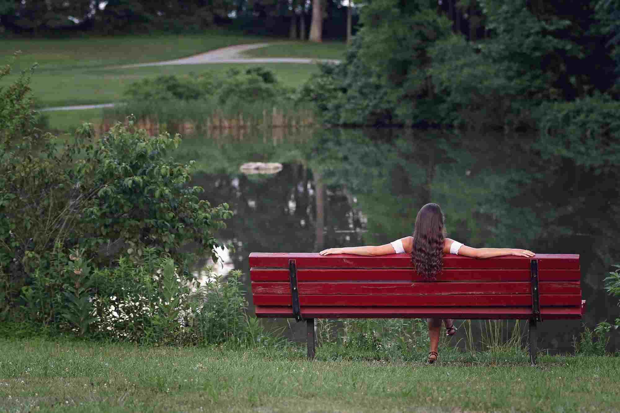 Kobieta relaksująca się na ławce  w parku