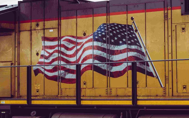 Amerykańska flaga na żółtym tle