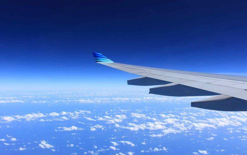 Samolot lecący na tle błękitnego nieba