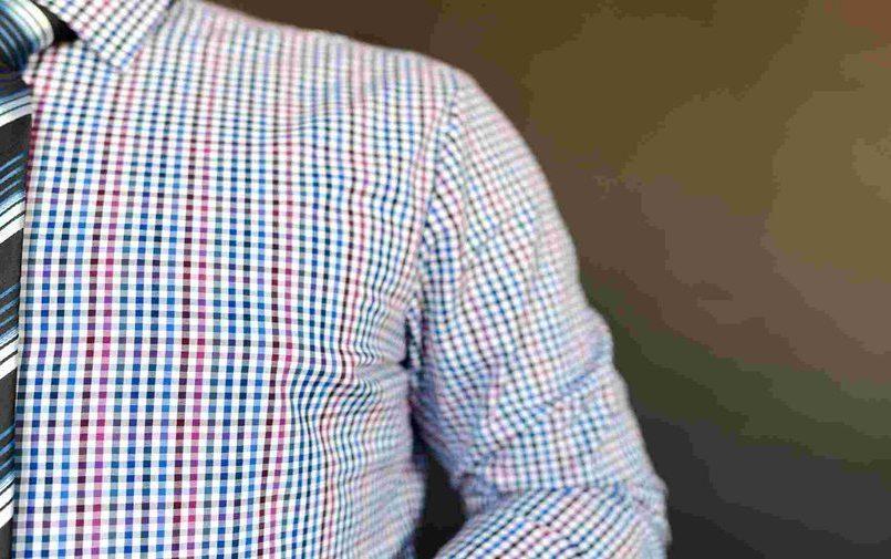 Mężczyzna w kolorowej koszuli w kratkę