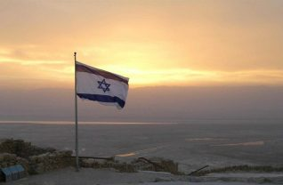 Flaga izraelska na maszcie