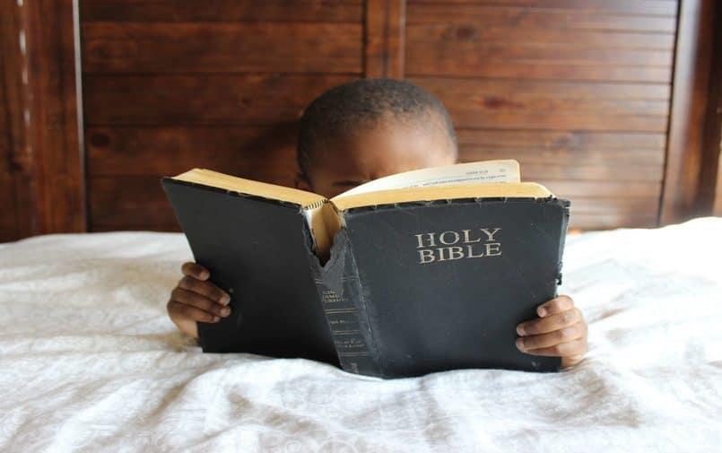 Dziecko czytające Biblię