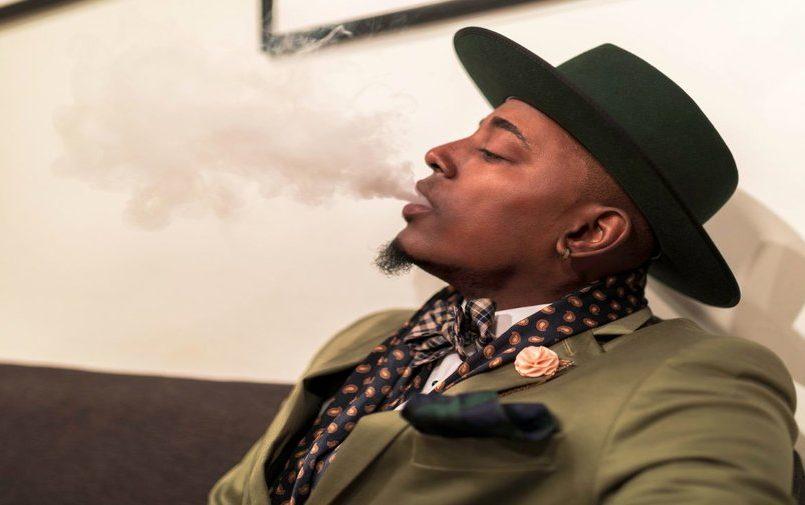 Czarny mężczyzna wydychający dym