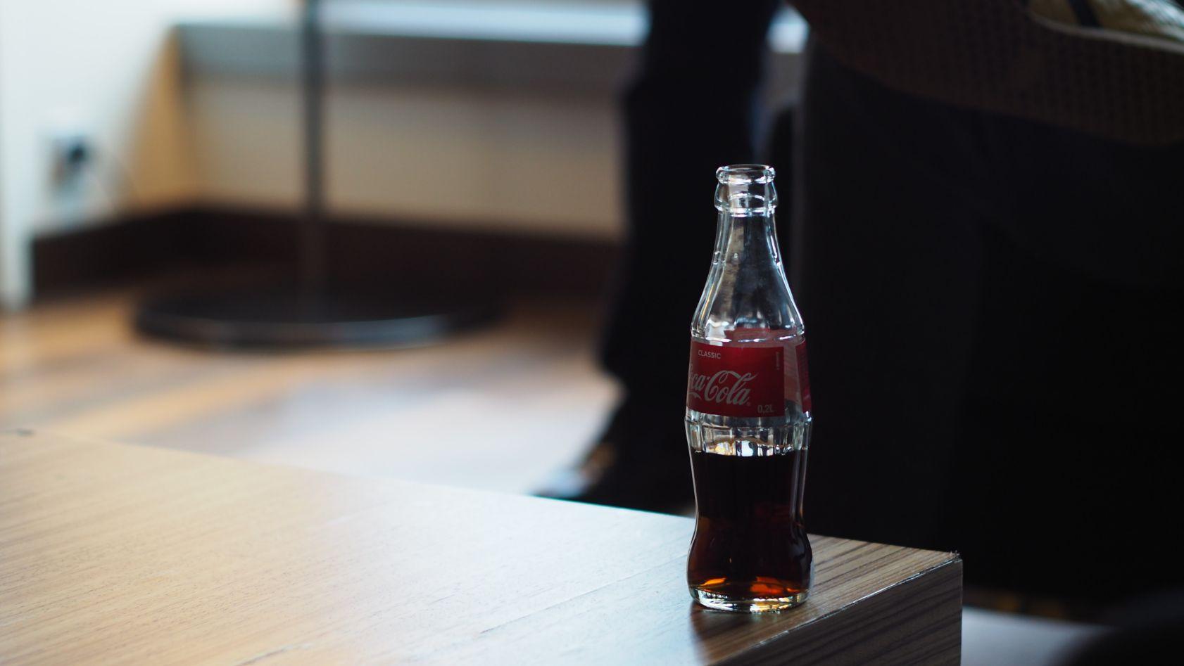 Butelka coca-coli na stole