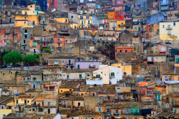 Domy na zboczach na Sycylii