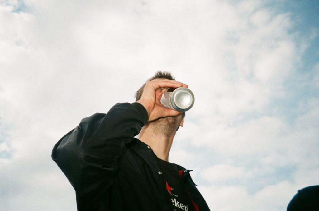 Mężczyzna pijący z puszki