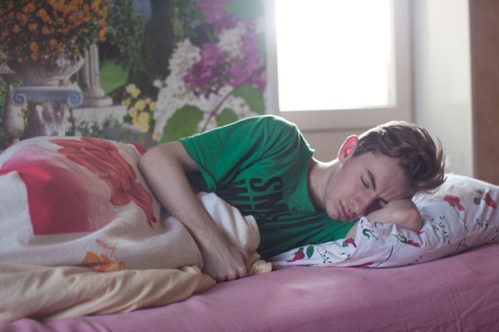 śpiący młody mężczyzna