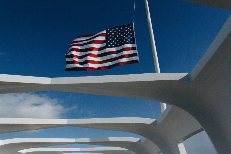 Flaga amerykańska na maszcie