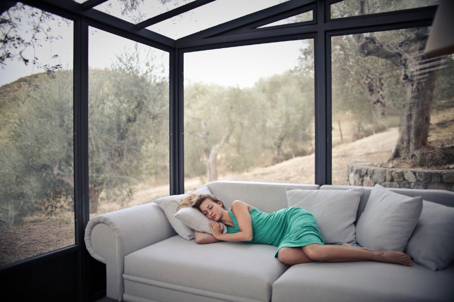 Kobieta drzemiąca na kanapie
