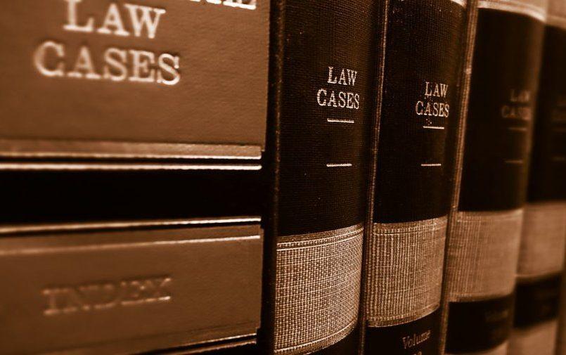 Książki prawnicze na półce
