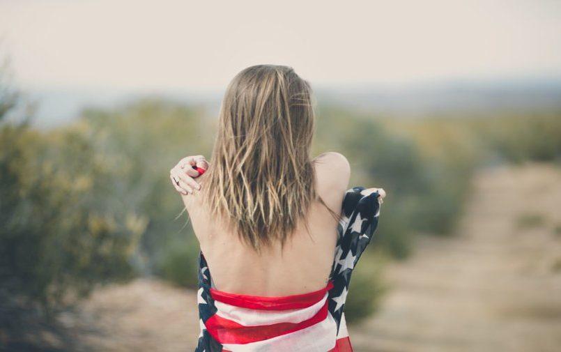 Dziewczyna owinięta flagą amerykańską