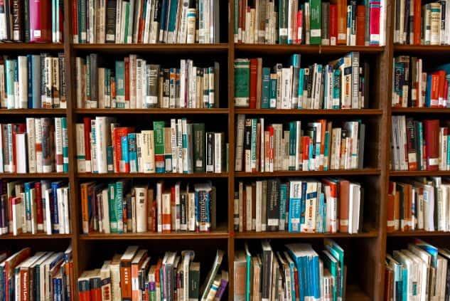 Książki na półce bibliotecznej