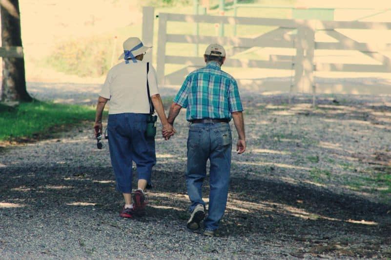 Starsza para spacerująca trzymając się za rękę