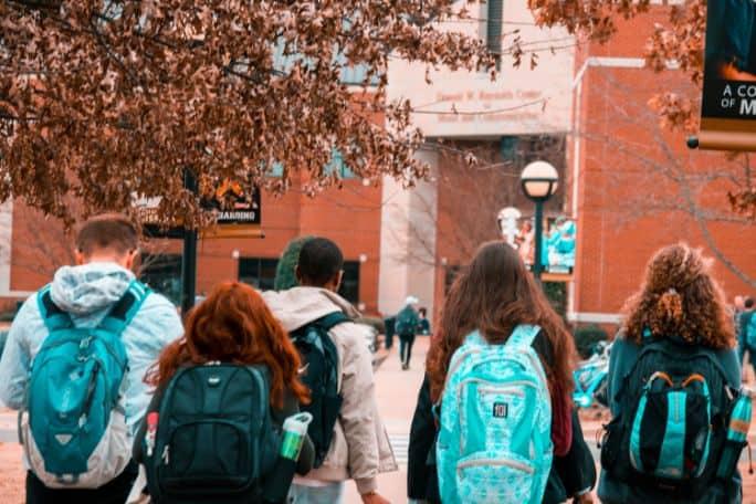Studenci z plecakami