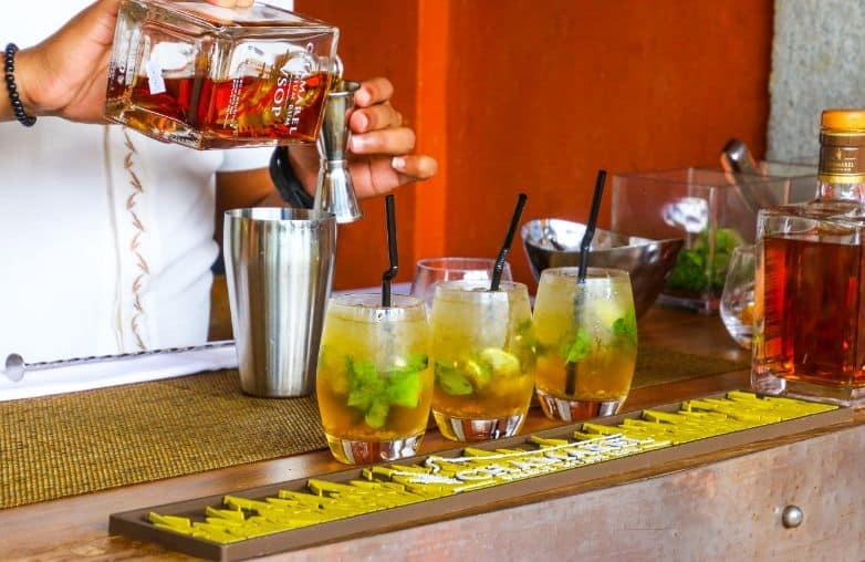 Barman przygotowujący drinki