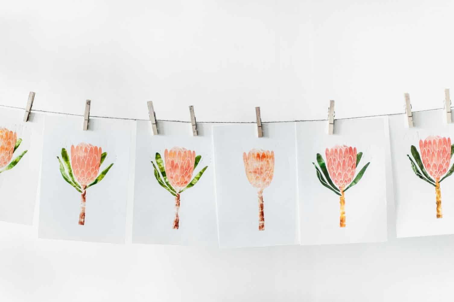 Białe kartki papieru z narysowanymi kwiatami