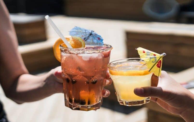 Dwie osoby trzymające drinki