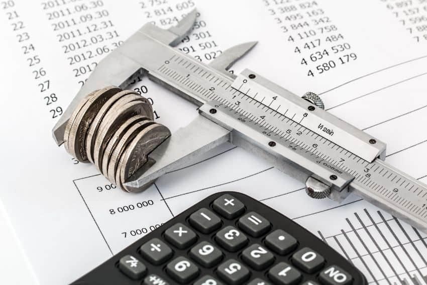 Monety i kalkulator na fakturze