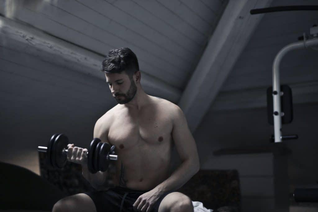 Mężczyzna ćwiczący z ciężarami
