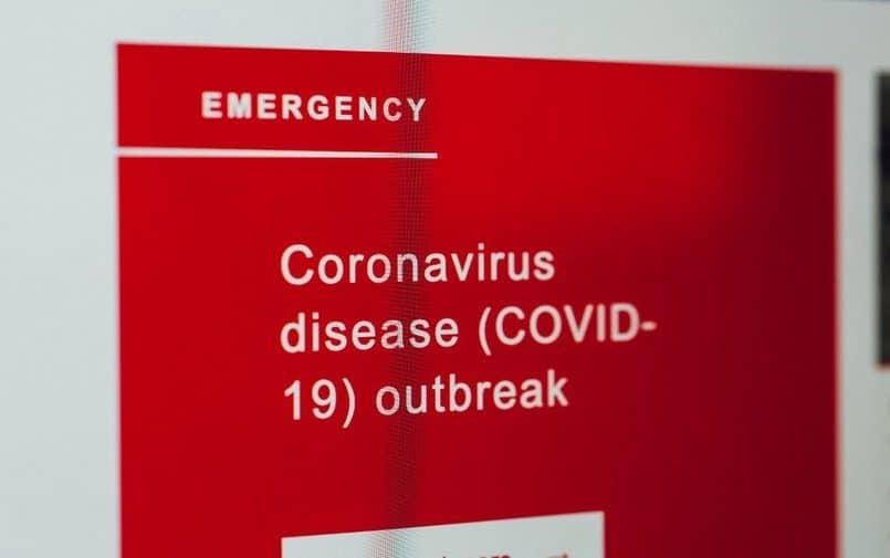 Komunikat dotyczący koronawirusa na czerwonej tablicy