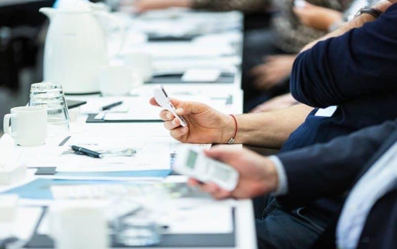 Ludzie używający urządzeń na stole