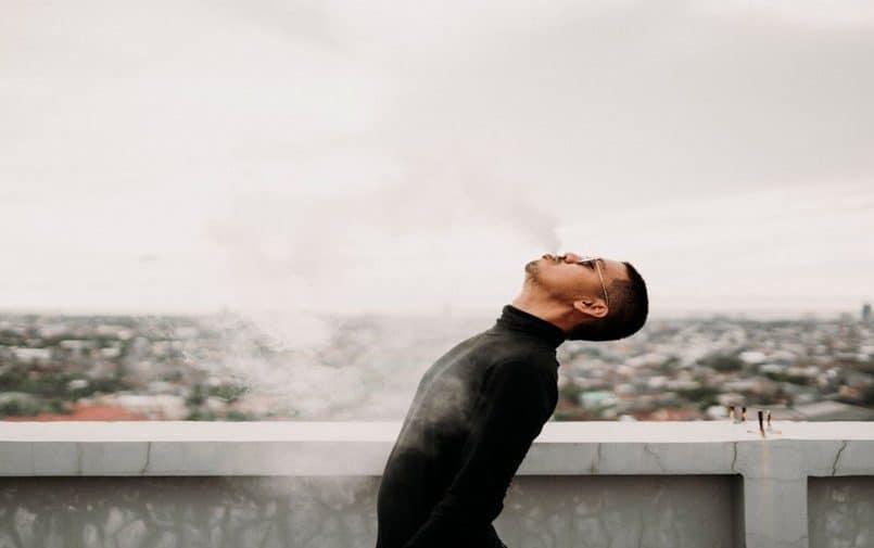 Mężczyzna wydychający dym