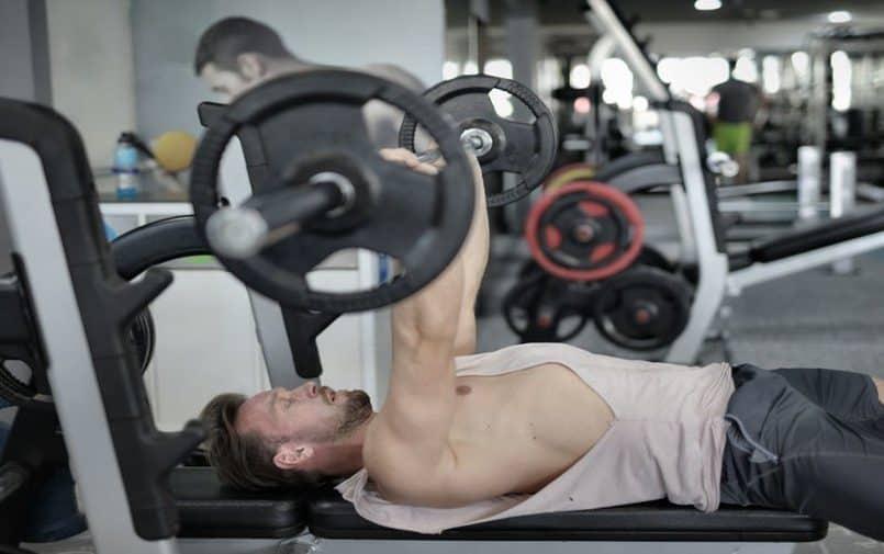 Mężczyzna ćwiczący na siłowni