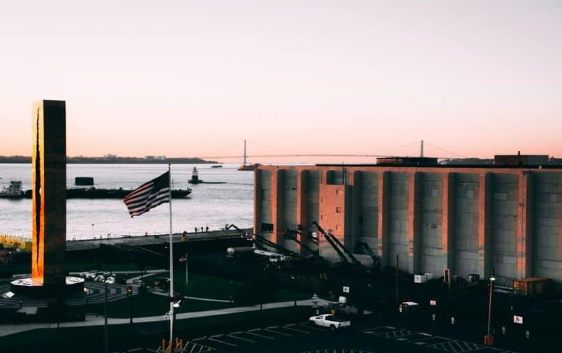 Amerykańska flaga na tle budynków i morza