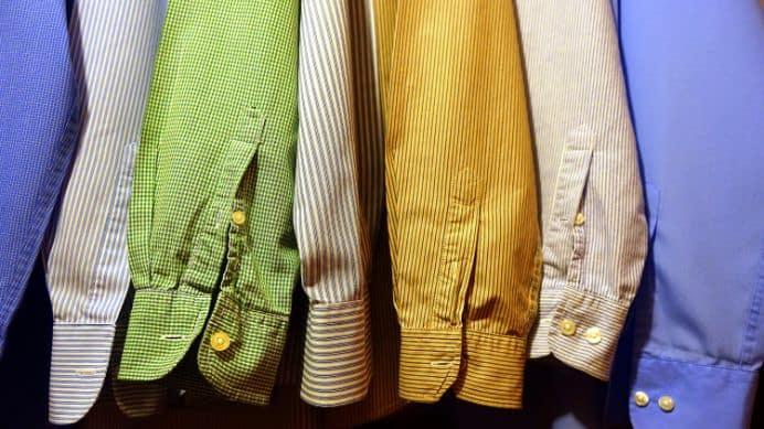 Zbliżenie na koszule na wieszakach