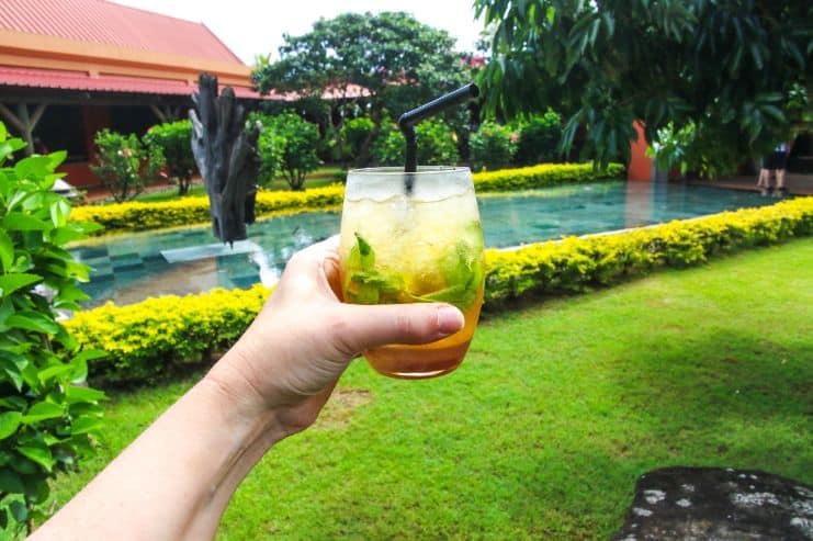Kolorowy drink trzymany w ręce