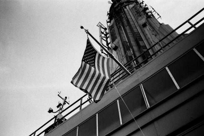 Flaga USA na tle budynków