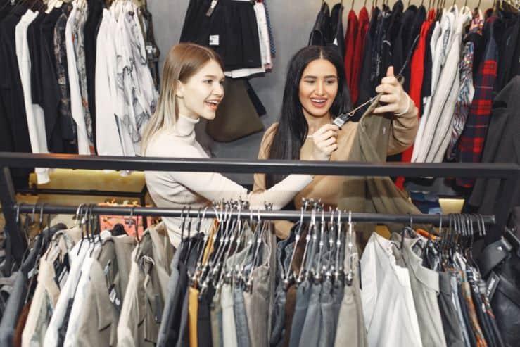 Przyjaciółki wybierające ubrani w sklepie