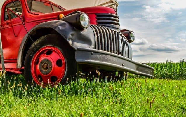 Stara czerwona ciężarówka na polu